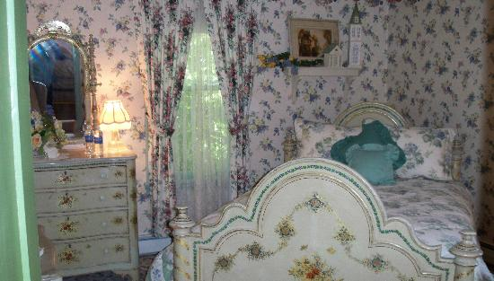 His Majesty's Bed & Breakfast: Bed Room