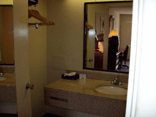 Days Inn Asheville West: Clean and large sink area