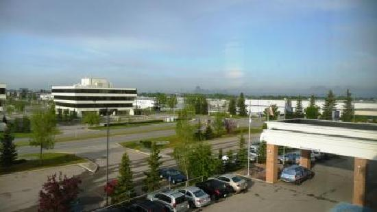 Hampton Inn & Suites by Hilton Calgary-Airport: The view from the window - Calgary and Rockies in distance