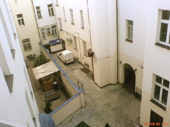 Hostel Prague Tyn: View into the backyard