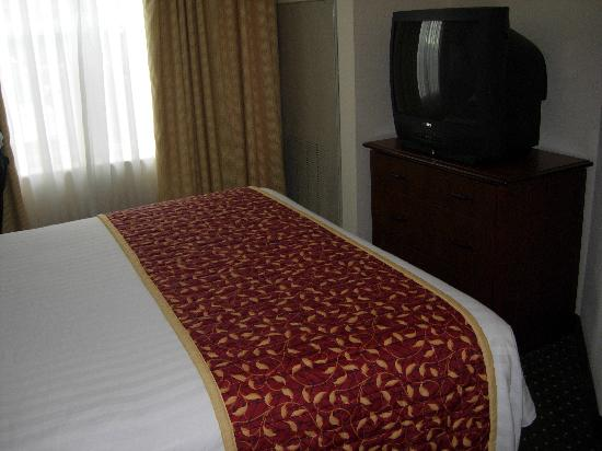 Residence Inn Whitby: Bedroom, extra TV