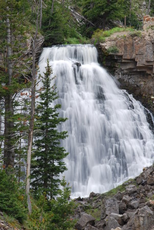 Parque Nacional de Yellowstone, WY: One of the many beautiful falls in the park