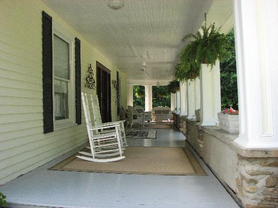 The Windover Inn Bed & Breakfast: Porch seating at the Windover Inn