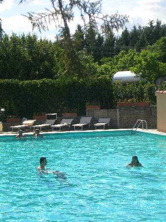 Happy Village & Camping: La piscina in mezzo a pini e ulivi