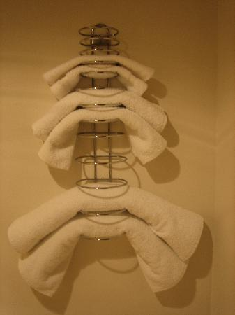 Stonegate Inn: A room for 4 and towels only for 2...? That makes since