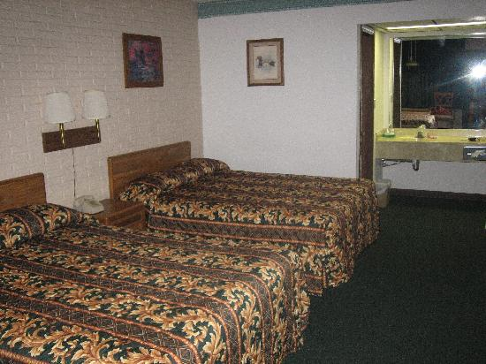 Stonegate Inn: 2 Spingy Beds (the one on the left had the bug)