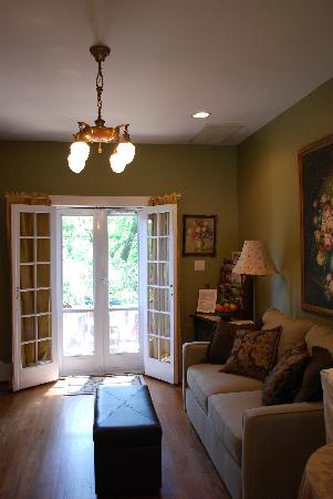 Cameron Park Inn Bed and Breakfast: 2nd floor common area, french doors to balcony