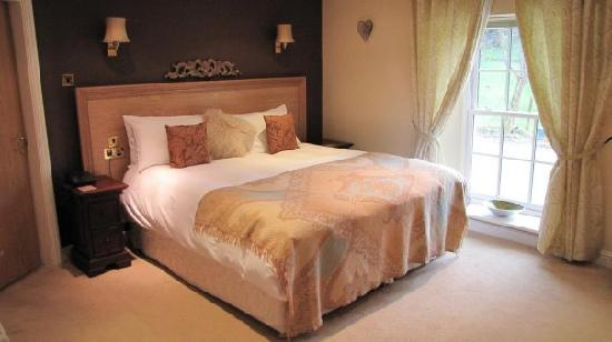Losehill House Hotel &amp; Spa: very luxurious bedroom with enormous bed