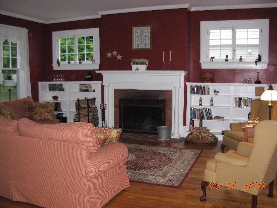 The Whitney House Inn: the nice living room with fire place