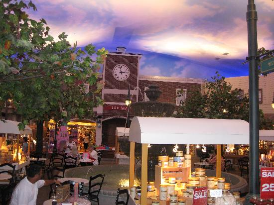 Yankee Candle® Village Williamsburg, VA Here in the heart of Virginia's historic triangle, you'll find a store unlike any other. With over , candles in more than different famous Yankee scents, you'll discover entertaining, interactive family adventure at every turn.