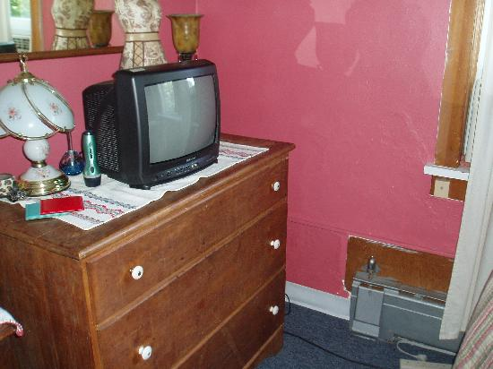 Coddington Guest House: TV and Dresser