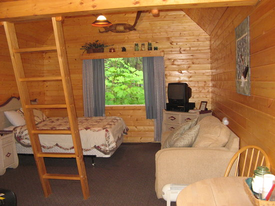 Salmon Creek Cabins: bedroom area