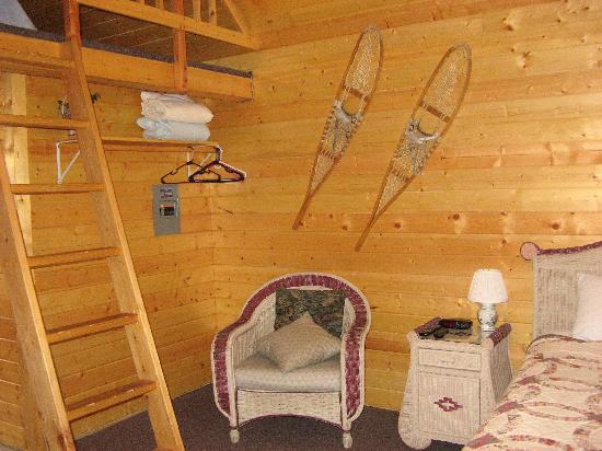 Salmon Creek Cabins: next to the bed