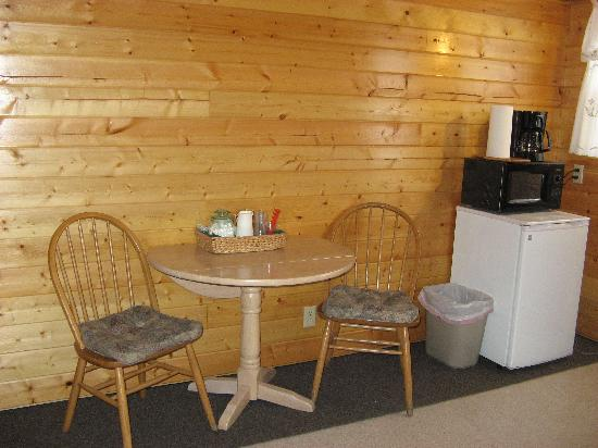 Salmon Creek Cabins: kitchen area