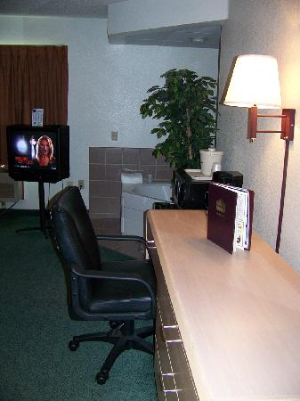 AmericInn Lodge & Suites Oshkosh: Desk With Mirror and Lamp...