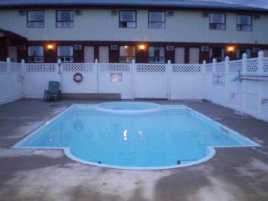 Howard Johnson Inn Gananoque: Pool, directly in front of our room.