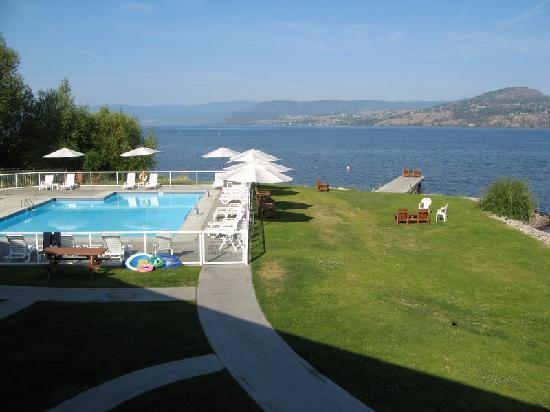 Kelowna Lakeshore Inn: View from hotel over pool towards lake