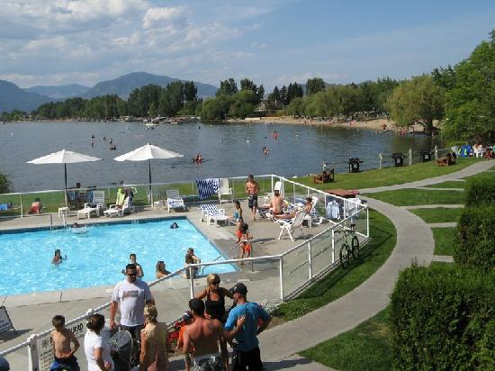 Kelowna Lakeshore Inn: Pool and view to beach - this is the busiest the pool ever got
