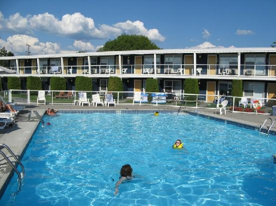 Kelowna Lakeshore Inn: View of hotel from pool deck