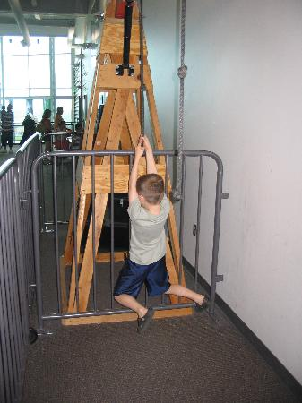 Allentown, Pensilvania: learning about pulleys and force.