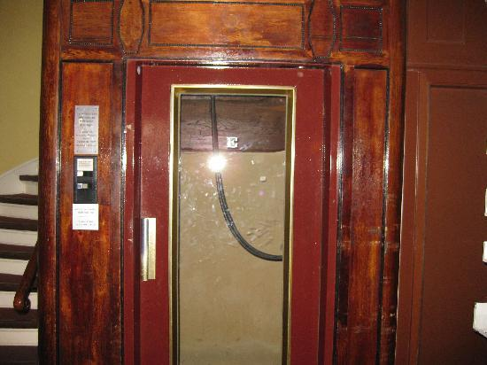 Hotel Bogota Berlin: The older elevator