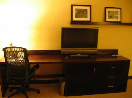 Crowne Plaza Albuquerque: Albuquerque Hilton - desk, work space, TV - lots of space to work