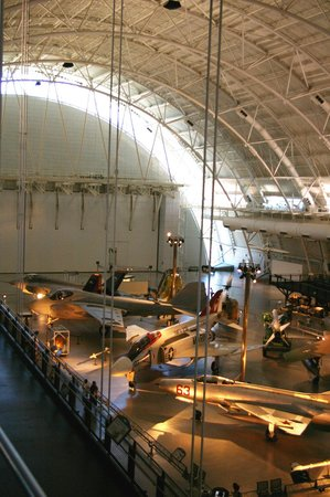 Chantilly, VA: The less cluttered end of the museum with lots of empty floor beyond the planes