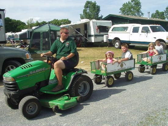 Eastern Long Island Kampground: Tractor Rides