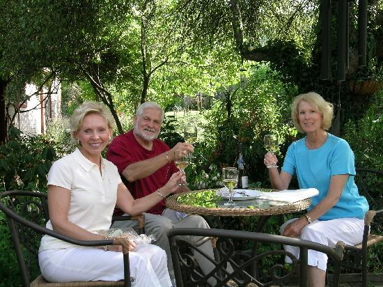 Arden Forest Inn: Enjoying the garden
