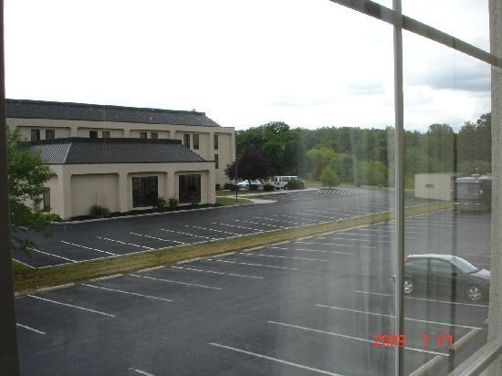 Holiday Inn Express Hanover: parking lot