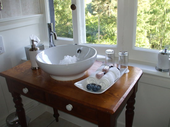 The Old Manse: modern fittings in the bathroom