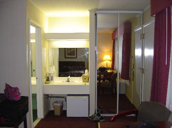 Rodeway Inn Marshall Manor: Additional sink and closet space with mirrors.