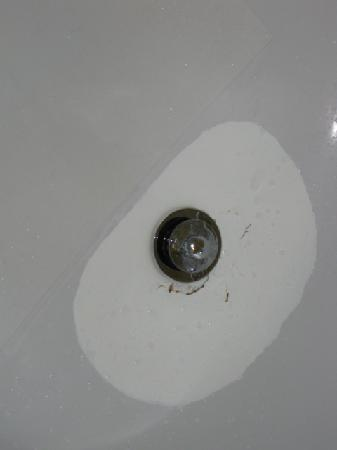Quality Inn Airport: Bathtub appears to have been hit with a hammer and scourged with acid