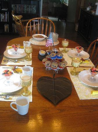 Methow Suites Bed and Breakfast: Breakfast in July