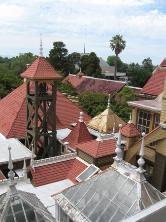 San Jose, Californië: View of rooftops from a window
