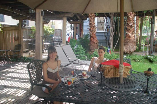 Arbor House Suites Bed and Breakfast: you can eat your breakfast outside in the garden!!! Wonderful garden.