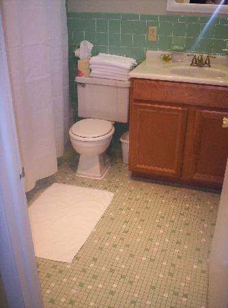 South Palm Suites: Plenty of Space in the Bathroom