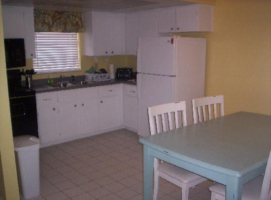 South Palm Suites: Family Friendly Kitchen and Dining Area