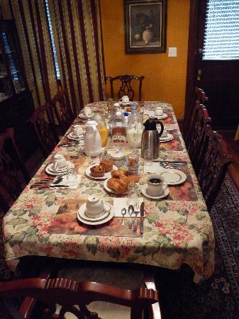 American Guest House: Breakfast to share with your fellow guests