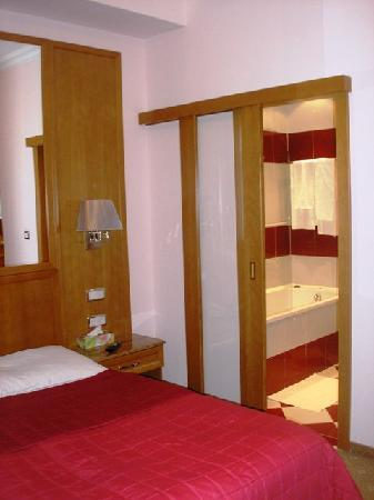 Hotel Pension Corvinus: Our room and the bathroom