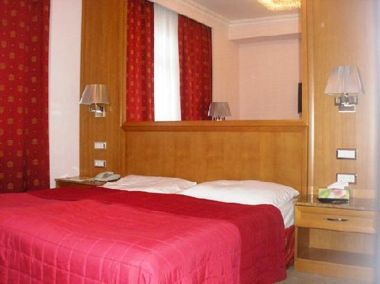 Hotel Pension Corvinus: Our room
