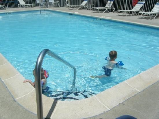 Quality Inn Northlake: getting into the pool