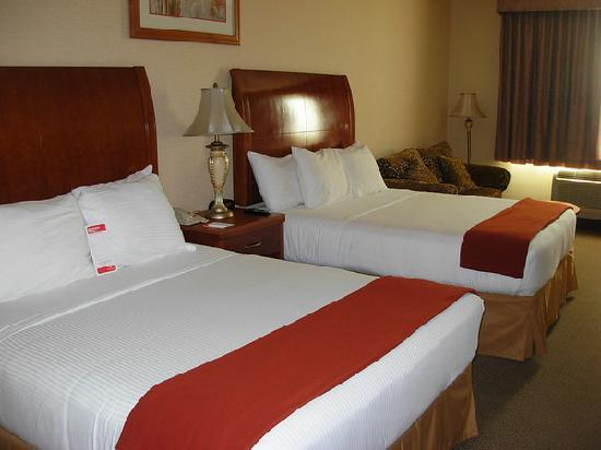 Ramada Plaza Anaheim Resort: Bed from the entry