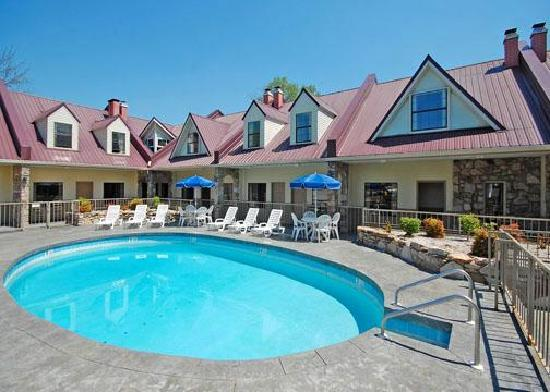 Econo Lodge Inn &amp; Suites: Pool