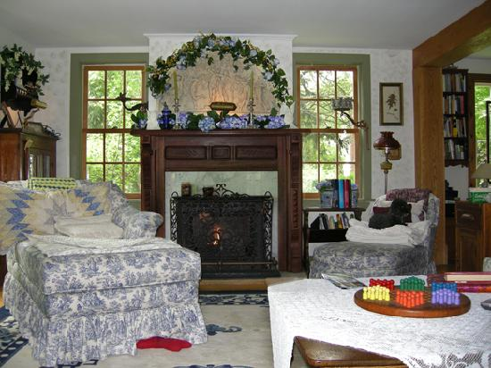 Morning Glory Bed and Breakfast: Warm Inviting Living Room