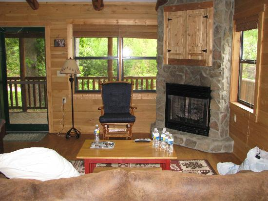 Lands Creek Log Cabins: great room