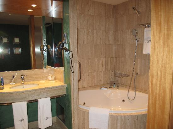 Hotel Montecarlo Barcelona: Bathroom - nice size