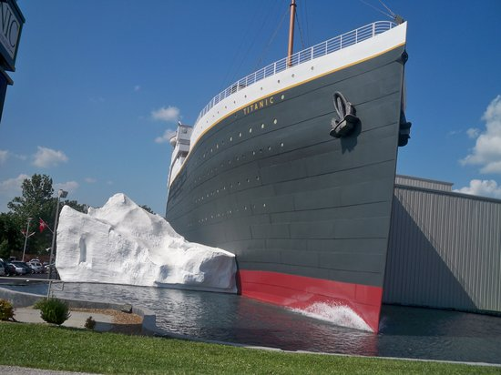 Branson, MO: Exterior of the Titanic