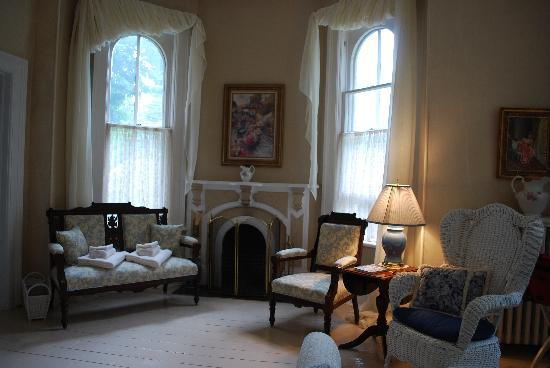 The Highland Manor: Seating in the Fleming Room