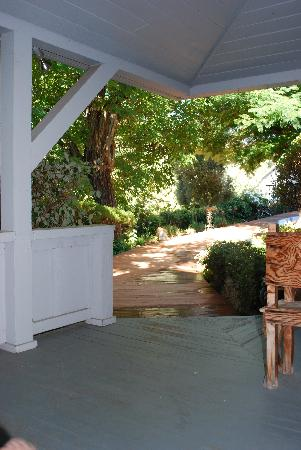 Angels Camp, Kalifornia: View from porch showing garden walk to the front gate.